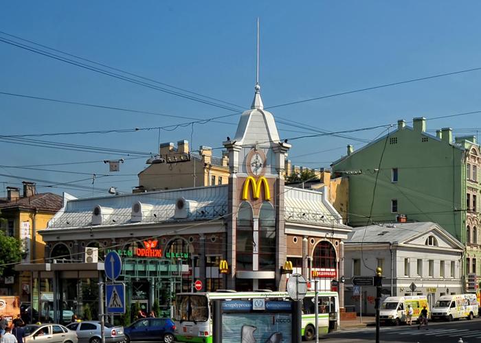 Первый Макдональдс в Санкт-Петербурге и одно из первых зданий в стиле капромантизма.
