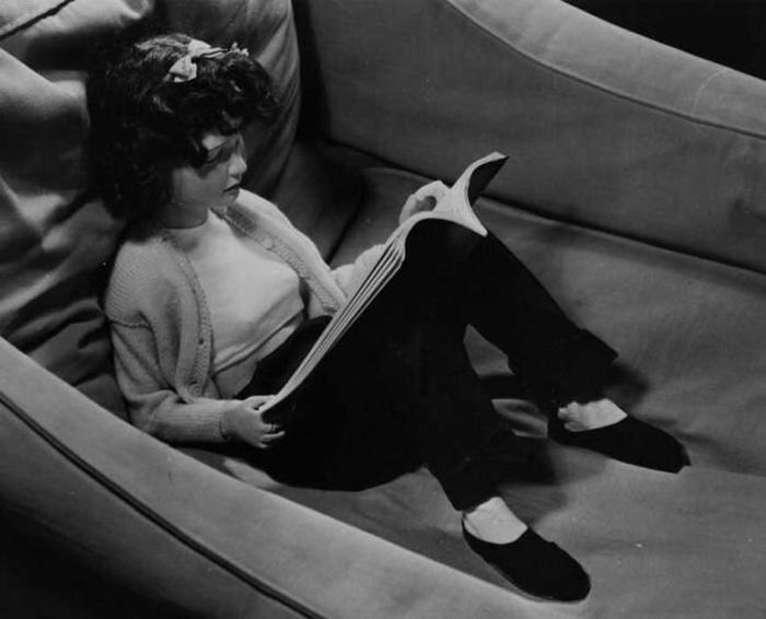 Кукла за чтением.