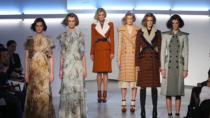 Показ 2012 года, создавший тренд на прическу боб из длинных волос и крупные заколки.
