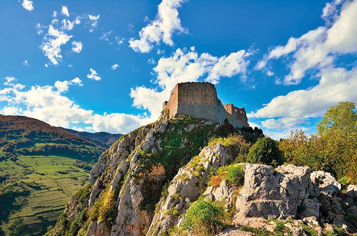 Вид на замок снизу. Когда-то на этом месте был языческий храм.