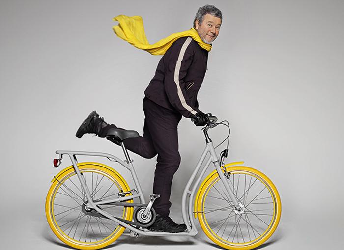 Филипп Старк демонстирует велосипед собственного дизайна.