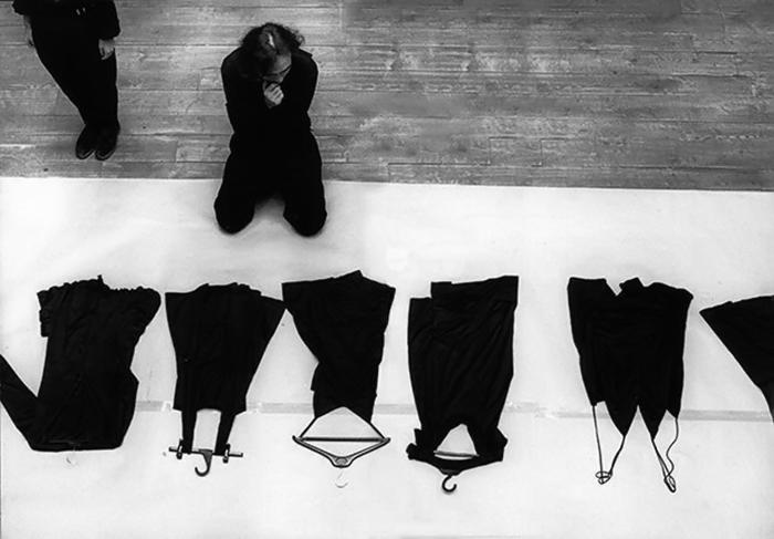 Творчество Ямамото посвящено его матери - женщины, носившей только черное.