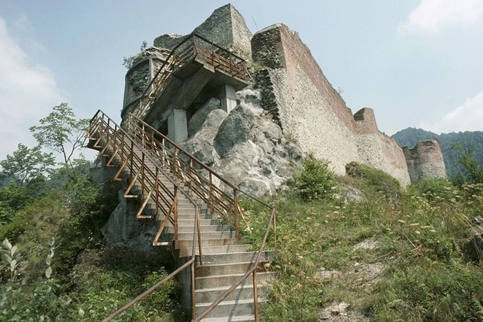 Подъем к замку. Бран располагается на скале.
