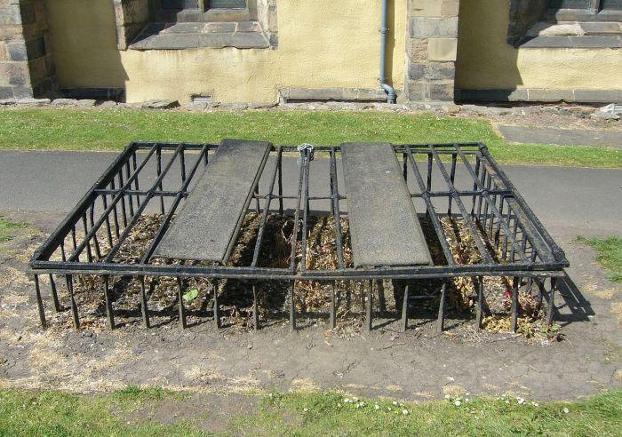 Укреплённая могила с  «защитой от вскрытия». Не помогало