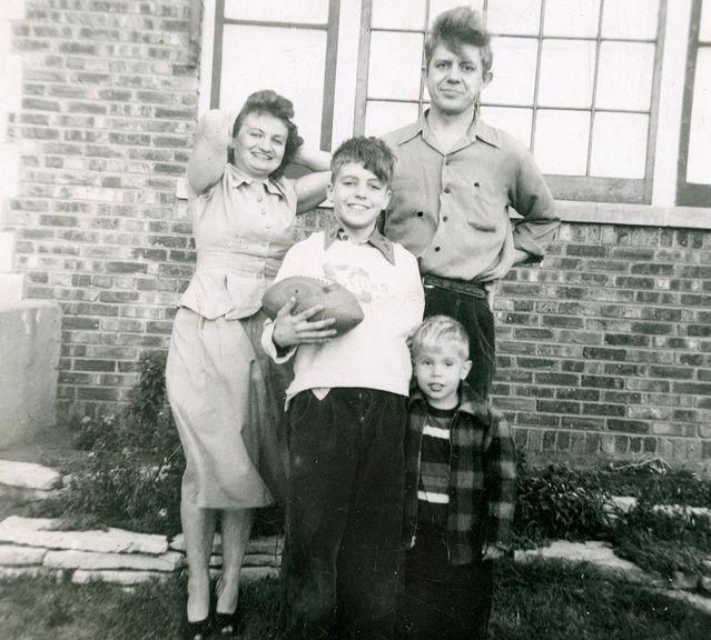 Семейное фото Качинских, снятое у стены их дома в Иллиноисе, 1952 год. /Фото: psychologytoday.com