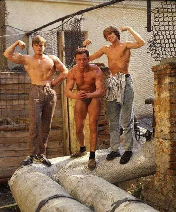 Любера хвастаются накачанной в подпольном спортзале «банкой», 1986 год. /Фото: Pinterest