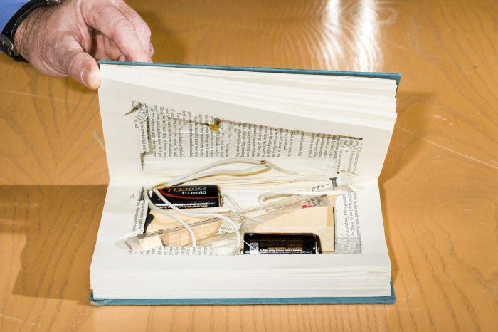 С годами мастерство Унабомбера росло. Ещё одна реконструкция ФБР  —  взрывное устройство, замаскированное внутри Библии. /Фото: popularmechanics.com