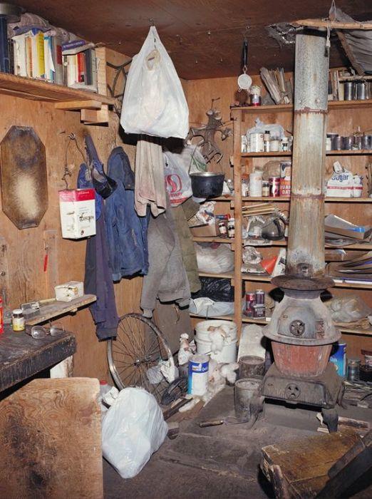 Фотография сделанная внутри хижины Качинского сразу после задержания. /Фото:  newseum.org