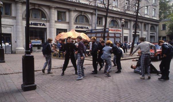 Любера  избивают неформалов на Старом Арбате // источник: gorbachevfound.livejournal.com