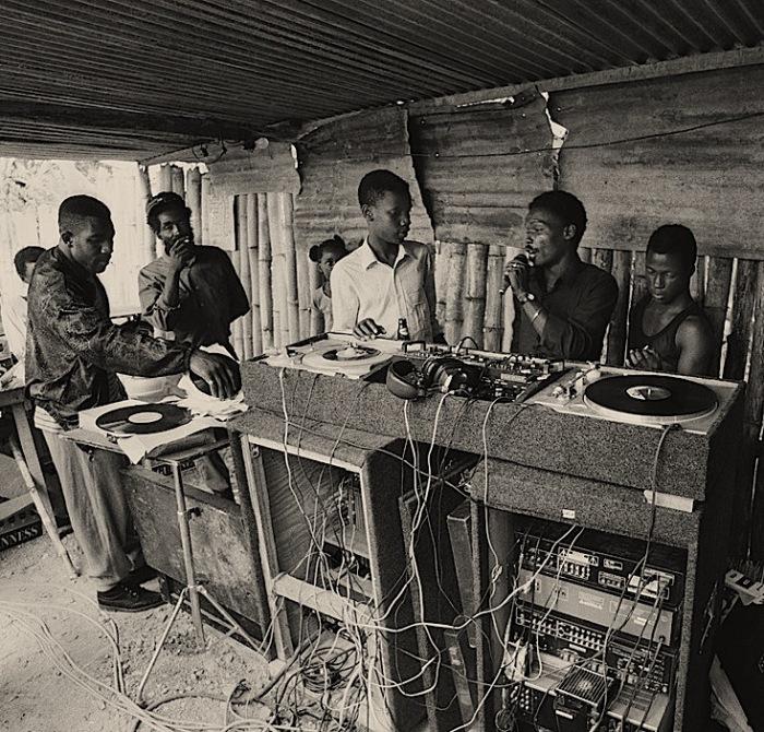 Уличная дискотека в Кингстоне, Ямайка. /Фото: groovedpavement.wordpress.com