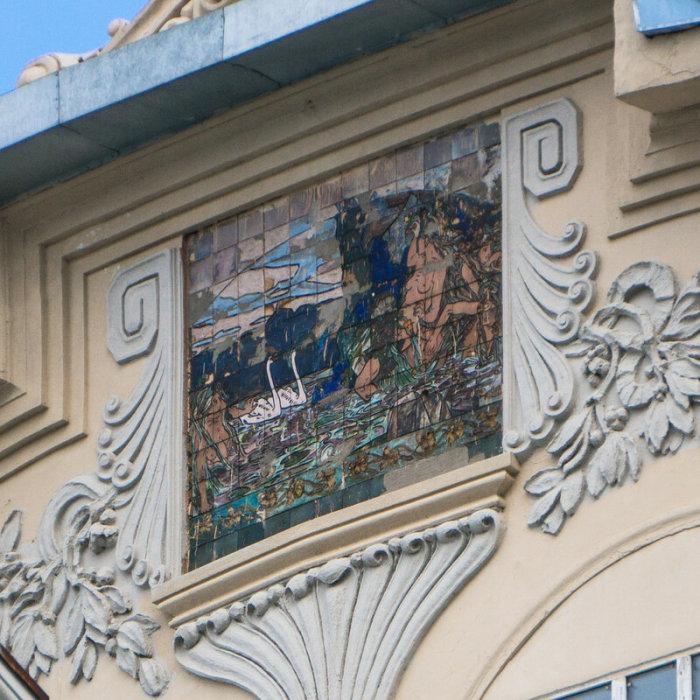 Автор керамического панно, венчающего аттик – художник Александр Головин. /Фото:vladimirdar.livejournal.com