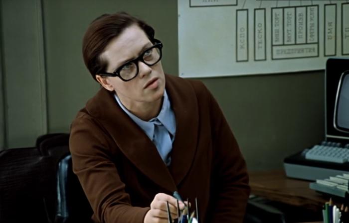 Старомодные очки - самый важный элемент узнаваемого образа. /Кадр из кинофильма