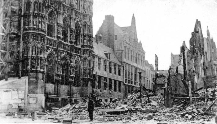 Ратуша пережила и Первую Мировую войну, и Вторую. Фото 1914 года
