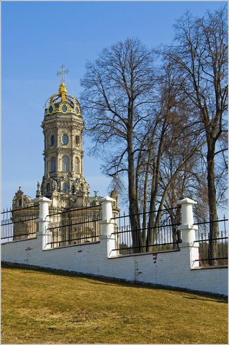 По одной из версий, церковь выстроена в честь примирения с Петром. /Фото:mochaloff.ru