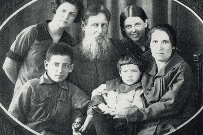 Бажов с любимой женой и детьми. /Фото:24smi.org