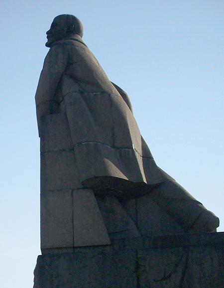 Со стороны кажется, что Ильич не может удержаться на ногах, словно его штормит.