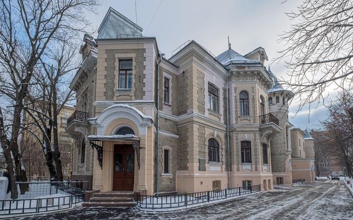 Высоцкий мог себе позволить такой замок, однако наслаждался жизнью в нем недолго: грянула революция и здание национализировали. / Фото:vladimirkrym.livejournal.com