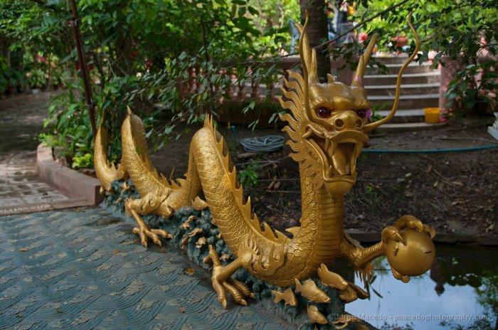 Возле храма можно увидеть такого мини-дракона. /Фото:tourslife.ru