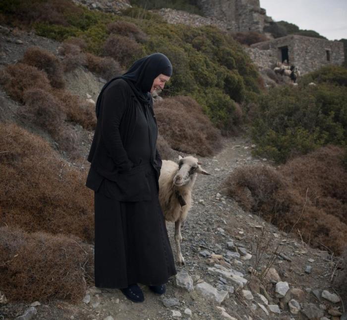 Большую часть времени сестра Ирини проводит либо одна, либо в окружении животных. /Фото: Chiara Goia, nationalgeographic.com
