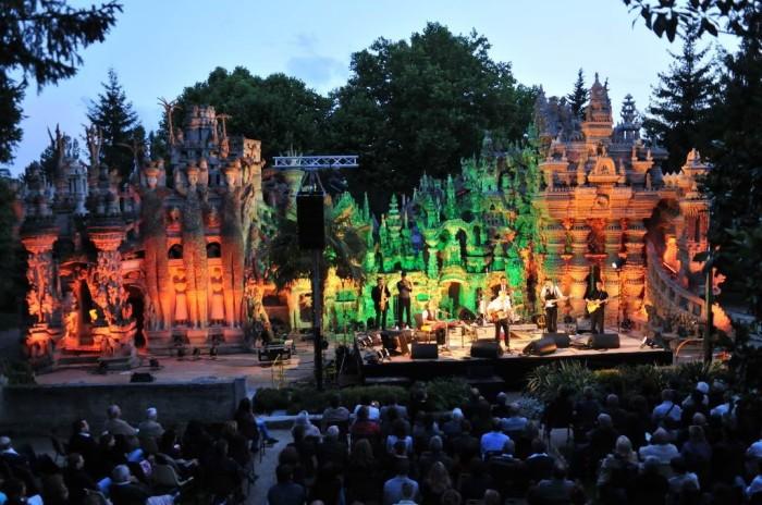 Концерт на фоне дворца Шеваля. /Фото:bigpicture.ru