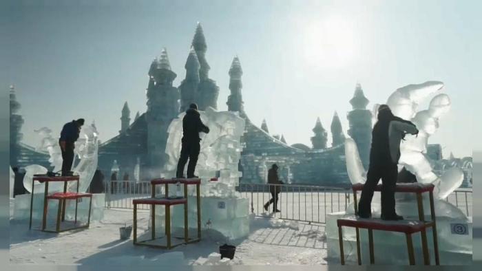 Скульпторы работают над своими ледяными шедеврами. /Фото:euronews.com