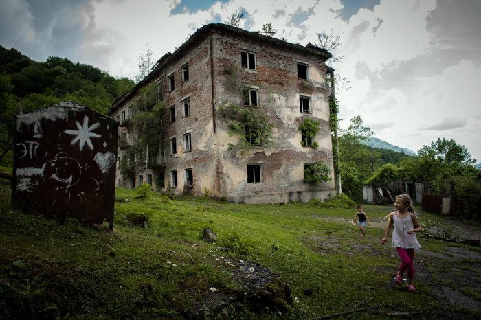 Город мертвых выглядит так, словно он пережил апокалипсис. /Фото:sputnik-abkhazia.ru