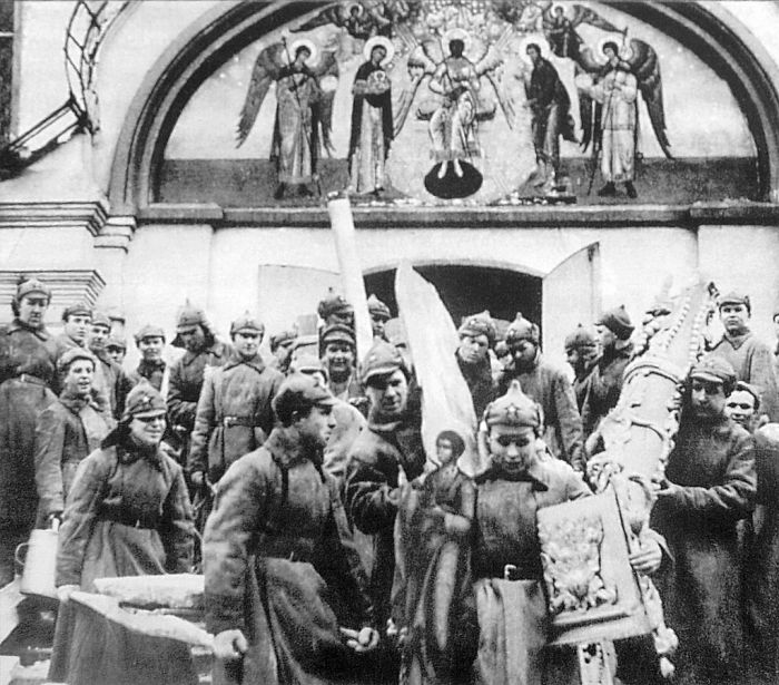 Красноармейцы на субботнике выносят имущество монастыря. 1925 год. /Фото:wikipedia.org