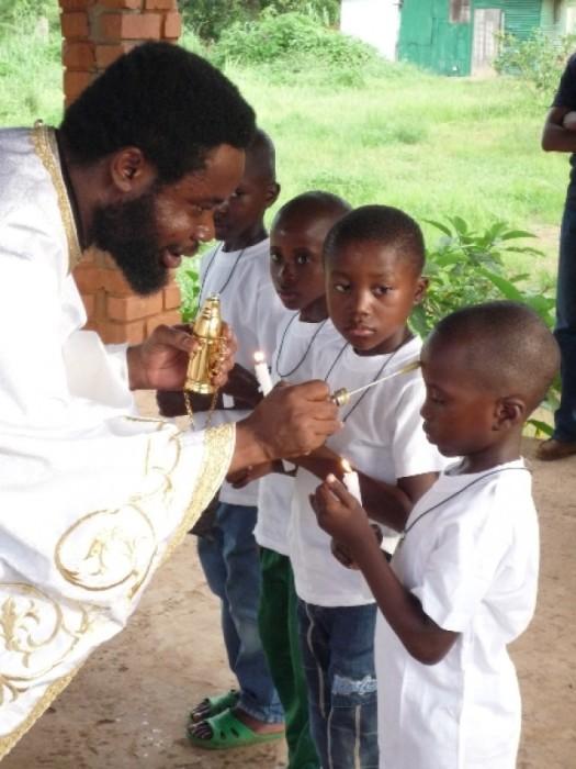 Крещение малышей в Долизи (Конго). /Фото:orthodox-congo.com