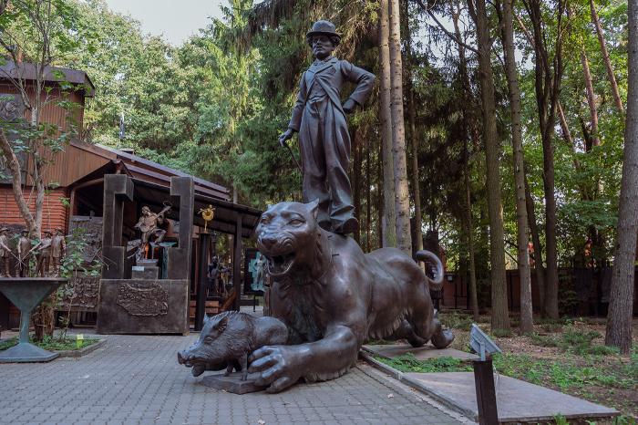 Кабан в пасти у хищника, а сверху возвышается Чаплин. /lovigin.livejournal.com