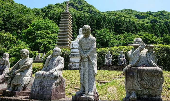 Все буддийские архаты изображены в разных позах. /Фото:Keaton Masuda
