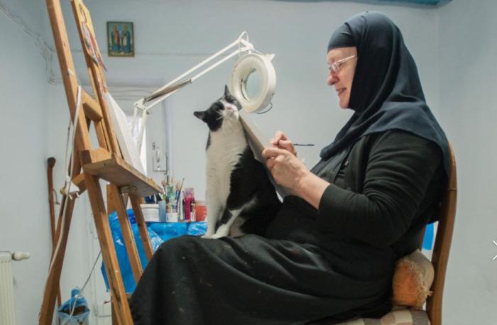 Cестра Ирини обычно пишет картины в окружении кошек. /Фото: Chiara Goia, nationalgeographic.com