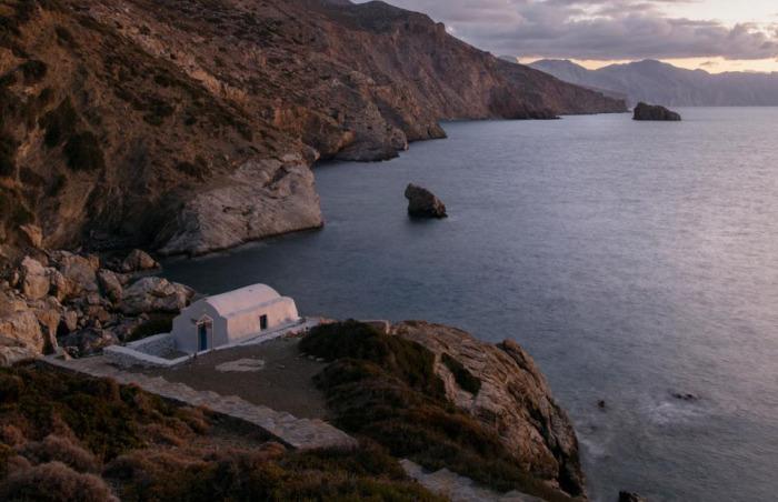 Вид из монастыря на бухту Агии Анны. /Фото: Chiara Goia, nationalgeographic.com