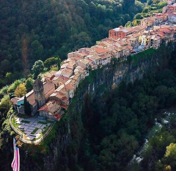 В городе всего одна улица, но зато есть церковь. /Фото: blogspot.com