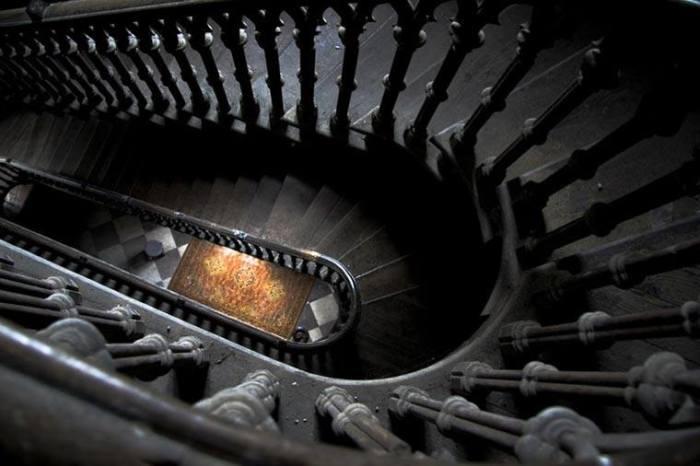 Самая распространенная страшилка - о призраке девочки, упавшей с лестницы. /Фото:tropinki.eu