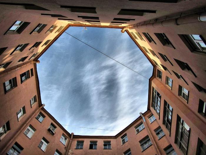 Доходный дом спроектировали закольцованным, чтобы сэкономить площадь застройки. /Фото:piteronline.tv