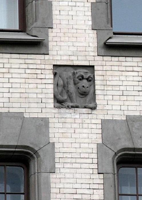 Дом обильно украшен изображениями странных существ. /Фото:liveinternet.ru