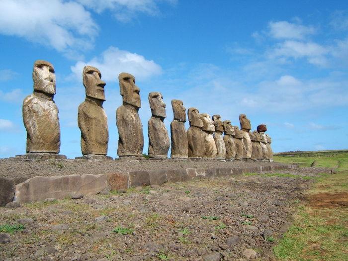 Всего на острове было изготовлено около 900 истуканов, но жители требуют, чтобы им вернули главного - остальные не так важны. /Фото:National Monuments of Chile