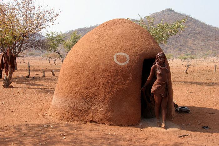 Типичное жилище химба. /Фото: Yves Picq, veton.picq.fr