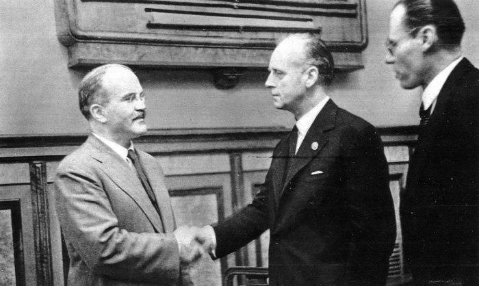 Молотов и Риббентроп после подписания советско-германского договора /Фото: из фонда ЦГАКФД
