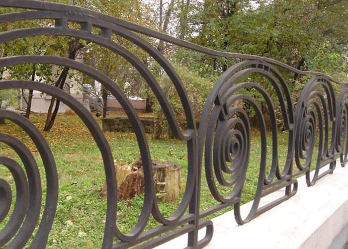 Ограда особняка - в том же стиле. /Фото:Э.Бикмурзина, vokrugsveta.ru