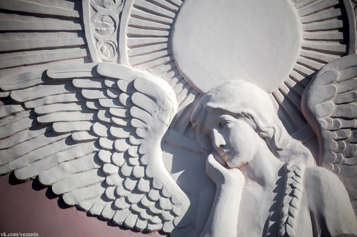 Согласно легенде, этот ангел олицетворяет погибшую дочь владельца дома. /Фото:show-me-piter.livejournal.com