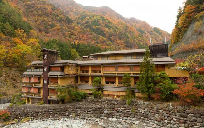 За многолетнюю историю отель не раз перестраивали и даже полностью меняли здание.