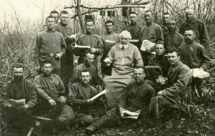 Солдаты 39-го Томского пехотного полка со священником. /Фото: smolbattle.ru