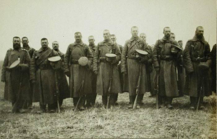 Солдаты одной из армейских частей во время богослужения. Польша, 1914 год. /Фото: topwar.ru