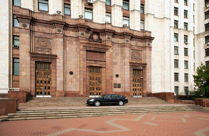 Нижние этажи облицованы красным гранитом. /Фото:conference.ru
