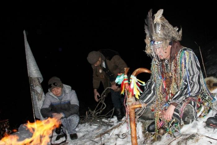 Ритуал шамана в наши дни. /Фото:asiarussia.ru