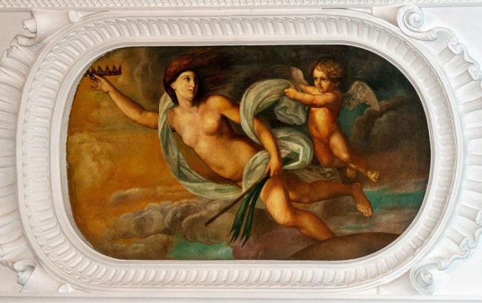 Под самым потолком- восхитительные картины в лепном обрамлении. /Фото:bdb-2000.livejournal.com