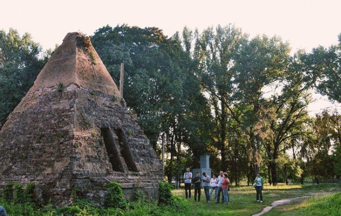 Так выглядит пирамида в наши дни. /Фото:kraina-ua.com