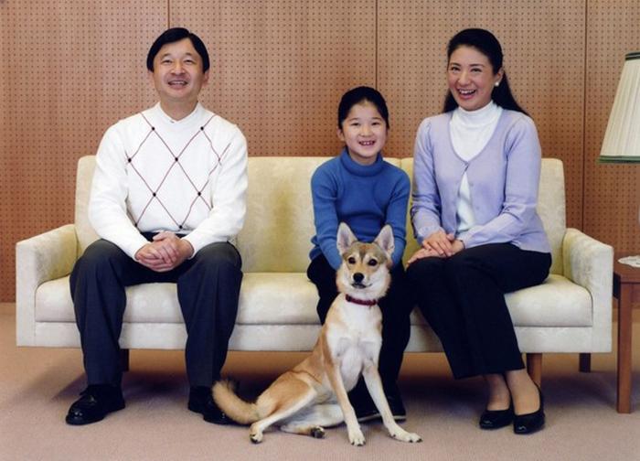 Новый император Японии с женой и дочкой несколько лет назад. /Фото:beon.ru