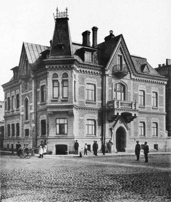Дом-замок, облицованный кирпичом, в начале прошлого века.
